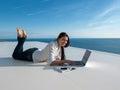 在家研究膝上型计算机的 松的少妇 免版税库存图片