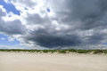 在沙丘上的 暗的云彩 库存图片