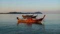 在海停住的长尾 小船由与蓝天的 明和海岛在背景中 免版税图库摄影