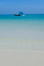 在海的泰国长尾 小船有白色沙子海 的 库存照片