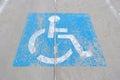 在混凝土 的老有残障的停车处标志 库存图片