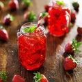 在瓶子的草莓鸡尾酒 免版税图库摄影