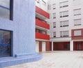 在白色,蓝色和红色口气的居民住房门面 免版税库存图片