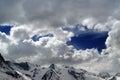 在美丽的云彩的斯诺伊山 免版税库存照片