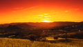 在谷的剧烈的日落。 免版税图库摄影