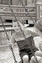 在轮胎摇摆的孩子 免版税库存图片