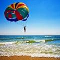 在parasailer的海洋 免版税图库摄影