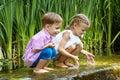 坐在 中的男孩和女孩在小瀑布附近 图库摄影