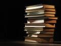 堆精装书在一 朦胧的屋子 免版税库存图片