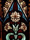 多利亚女王时 显示白花和装饰 节的污迹 璃窗 节 免版税库存图片
