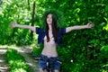 女孩在自行车的森林是愉快的 免版税图库摄影