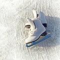 妇女白色冰鞋。 免版税图库摄影