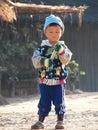 孩子在冬天季节温暖自己 免版税图库摄影