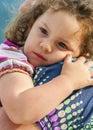 安全性 她的母亲胳膊的小女孩 免版税库存照片