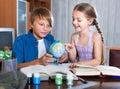 帮助小女孩的哥哥做家庭作业 库存图片