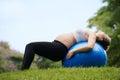 怀孕和母性怀孕的妇女瑞士人球 库存图片