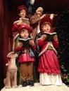 担欢唱圣诞节逗人喜爱的企鹅极性街灯二下 免版税库存照片