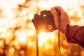 拿着减速火箭的照片照相机的人手室外 免版税图库摄影