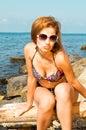摆在性感的年轻人的海滩女性 免版税库存照片