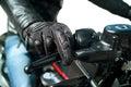 摩托车骑士的手 库存图片