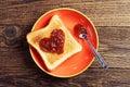 敬酒面包用在心脏形状的果酱 库存照片