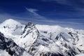斯诺伊山和蓝天与云彩 图库摄影