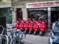 明亮的红色小型摩托车行在  停放了在边路的外部 销权 免版税图库摄影