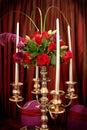 有玫瑰的银色大烛台 库存图片