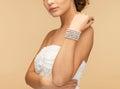 有珍珠镯子的妇女 免版税库存照片