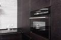 有编译在微波炉的硬木厨房 图库摄影