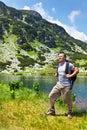 有背包高涨的登山家 免版税库存图片