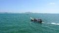 有 手的长尾 小船在公海在酸值muk海岛附近的泰国 图库摄影