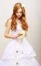 柔软 拉丁文。有鲜花的红色 发新娘在梦想。婚礼样式 免版税库存照片