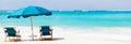 椅子和伞在热带海  免版税库存图片