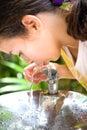 止干渴的女孩 免版税库存照片