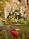 沿科罗拉多河的shorline的五颜六色的墙壁在胡佛 坝之下的 免版税库存照片