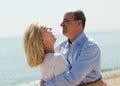 海上的eldelry旅游夫妇在假期微笑靠岸 免版税库存照片