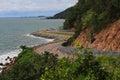 海和美丽的路有蓝天的 免版税库存照片