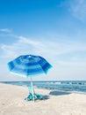 海 睡椅和伞 免版税库存图片