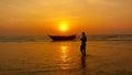 渔夫和小船,日落在果阿 库存照片