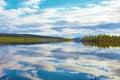 湖inari, lapland湖的国王在镇静秋天天 芬兰 。 免版税库存图片