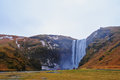 瀑布和山 免版税库存图片