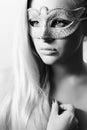 狂欢节的mask masquerade美丽的白肤金发的妇女。性感的女孩。秀丽 时尚 图库摄影