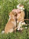 狗和白肤金发 免版税库存图片