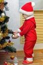 男孩装饰一棵新 度圣诞树 免版税库存照片