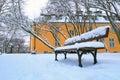 空的长凳在多雪的冬天的公园 库存图片