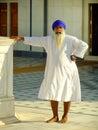 站立在gurudwara寺庙,普斯赫卡尔,印度的印地安人 免版税库存图片