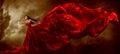 红色礼服的妇女有挥动的美丽的 品 免版税库存图片