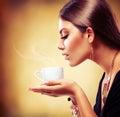 美丽的女孩饮用的茶或咖啡 图库摄影