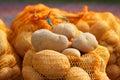 自然有机土豆散装在农夫市场上 免版税库存图片